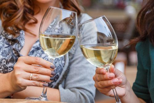 ワイングラスの持ち方は国内と海外で異なる