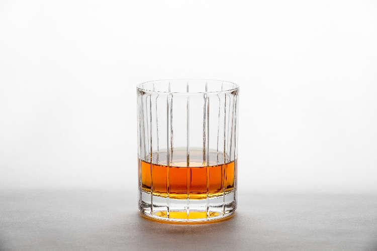 ウイスキーをストレートで味わう時はショットグラスに注いで、〇〇が必須