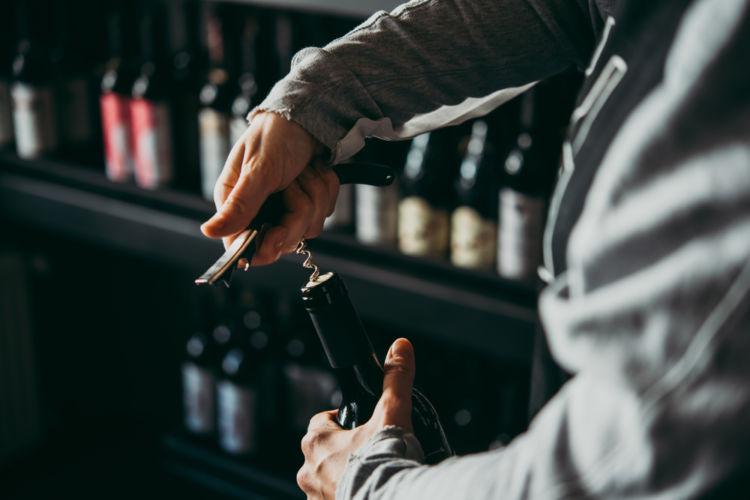 初心者でも失敗しない! ワインの開け方&コルク栓の抜き方を指南
