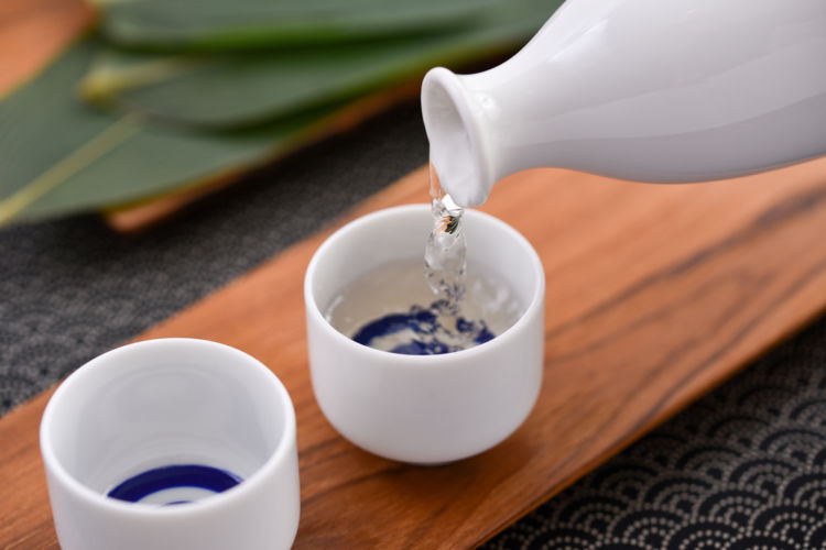 日本酒のお燗は「熱燗・ぬる燗」だけ?温めることで引き出される香りや味わい、温度による変化を試そう