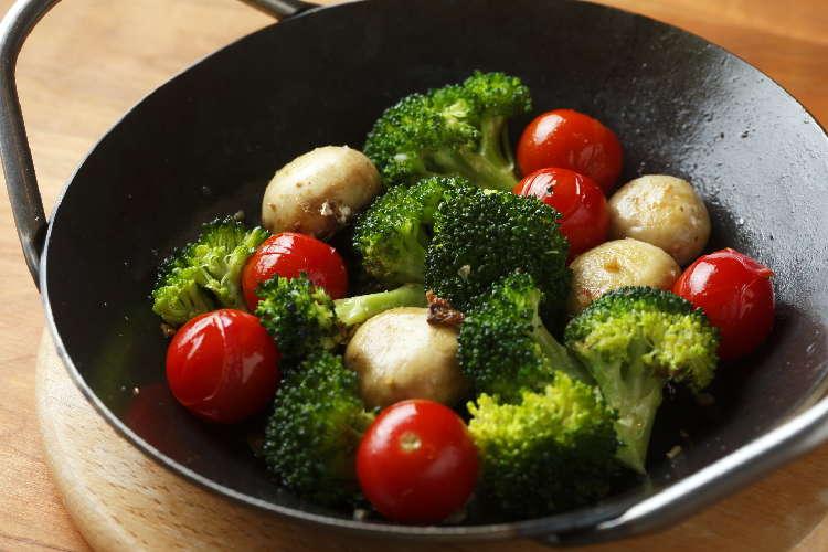 フライパンソテーのクイックおつまみ 「ブロッコリーとミニトマトのガーリックソテー」
