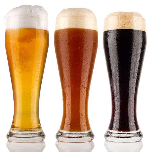 エールビールを味わう、香ばしいポーターとアルコール度数が高いスタウト