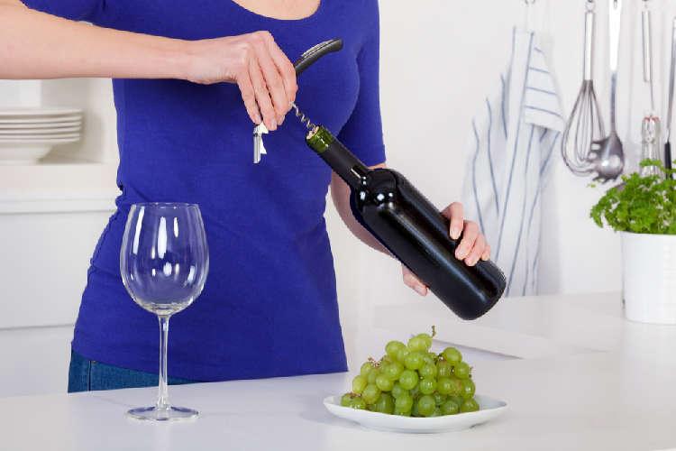 スマートにワインの栓を開ける方法