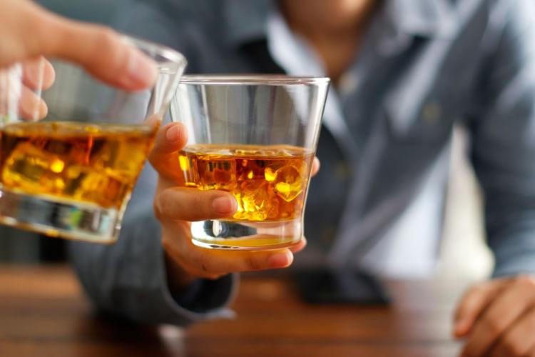 ウイスキーに賞味期限はない?!開封したら冷蔵庫保存? 常温でいいの?