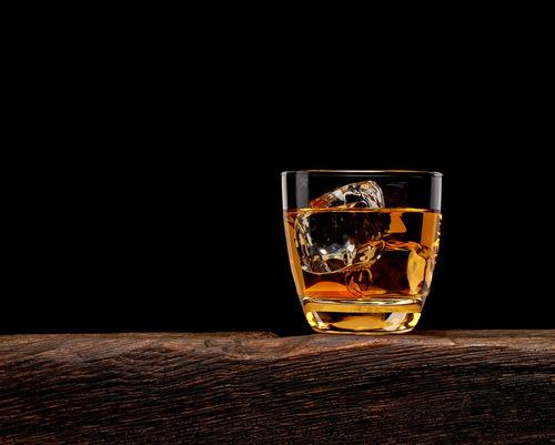 ウイスキーはロックで…氷とウイスキーの量にこだわりたい!