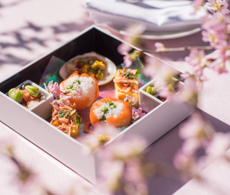 桜色に染まる庭園を眺めながら、華やかなお重やカクテルをたのしもう!