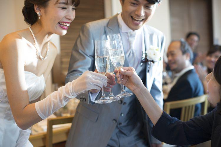 沖縄リゾ婚で話題! 海のようにキラキラ輝くスパークリング泡盛で乾杯