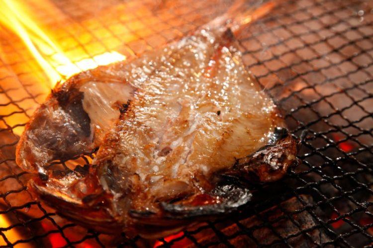 炭火で丁寧に焼き上げる絶品干物を、蔵出し地酒とともに堪能