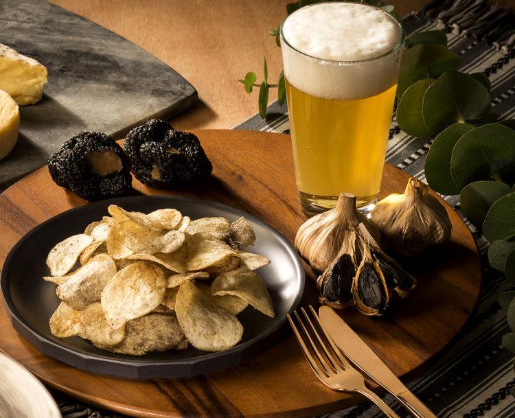 ビールに合う!「熟成黒にんにく×トリュフ風味チーズ」のポテトチップス