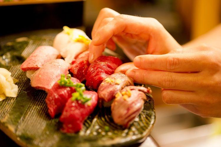 馬・牛・豚・鶏などのお肉とおいしいお酒を堪能できる「池袋東口 肉寿司」