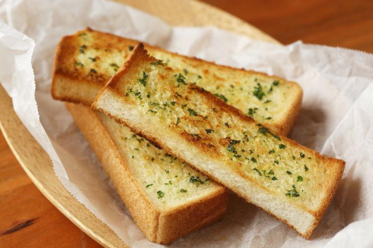 自家製ガーリックバターで絶品おつまみ!「ガーリックトースト」
