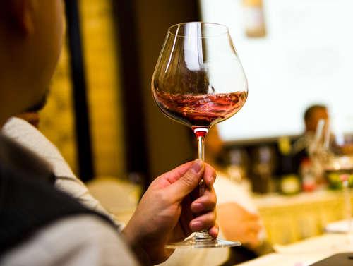 スマートにワインをテイスティングする方法