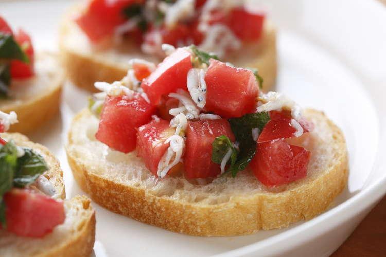 切って和えるだけ!大葉が香る、爽やかおつまみ しらすトマトのブルスケッタ