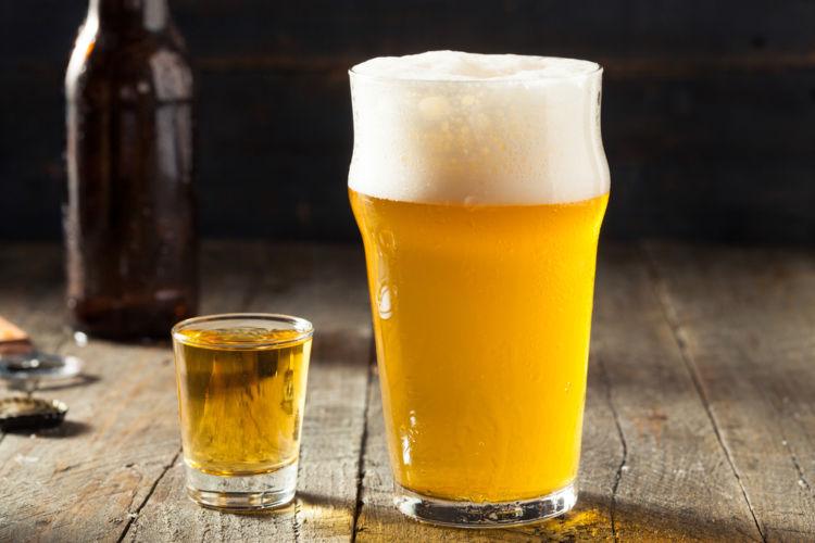 ビールとウイスキーを合わせたカクテル「ボイラーメーカー」