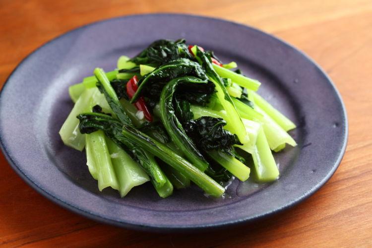 にんにくの風味が食欲をそそる「青菜にんにく蒸し炒め」
