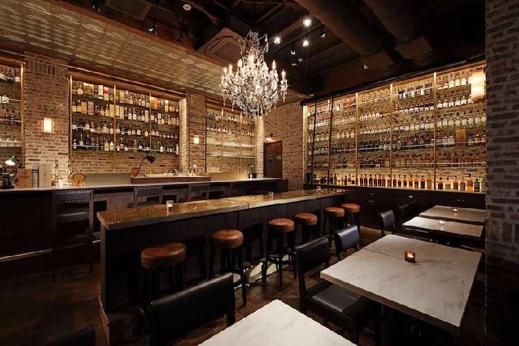 1,300種の世界のウイスキーが並ぶバー&ラウンジ