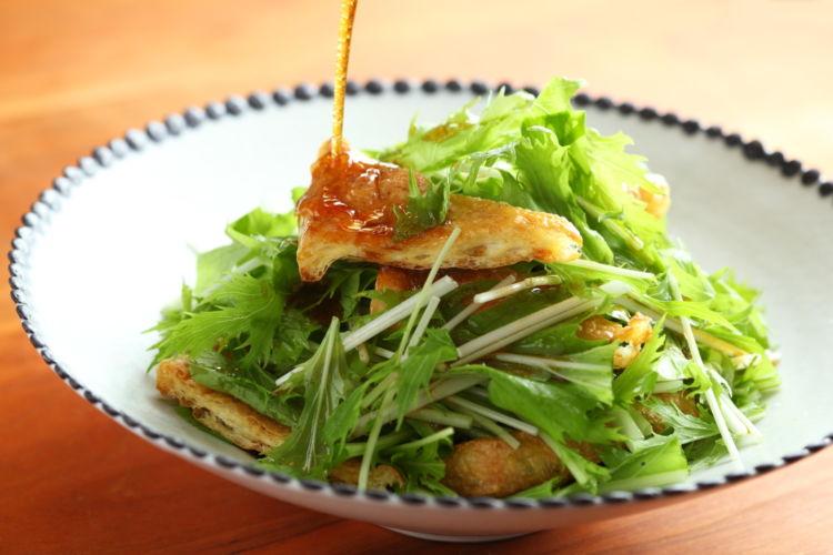 和風クルトンのサクサク食感がたのしい!「水菜と油揚げのおつまみサラダ」
