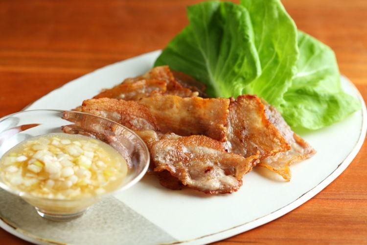 香ばしい豚バラ肉とネギの相性が抜群! 「カリカリ豚のネギだれのせ」