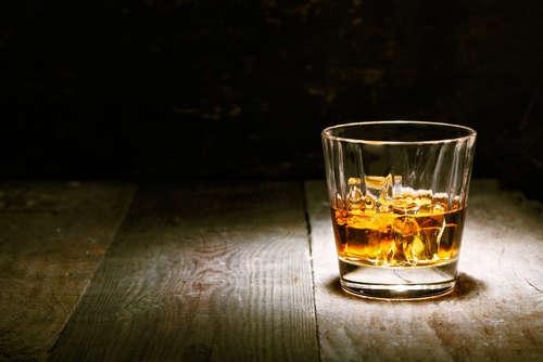 琥珀色に輝くウイスキー!蒸留酒としてのルーツを知ろう