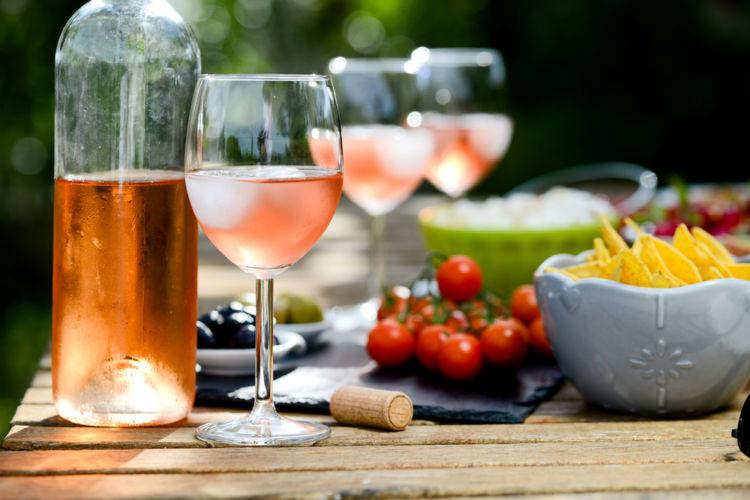 氷とワインでカジュアルにたのしめる「ロック・ワイン」の魅力