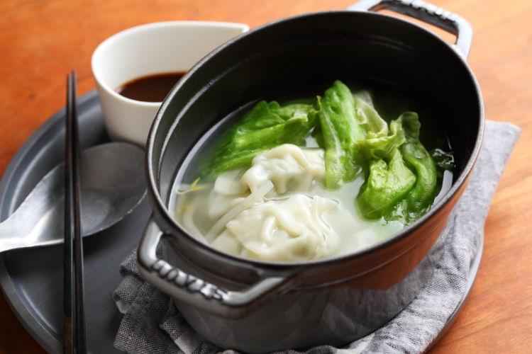 晩御飯が面倒な日はやっぱり鍋料理!「水餃子レタス鍋」