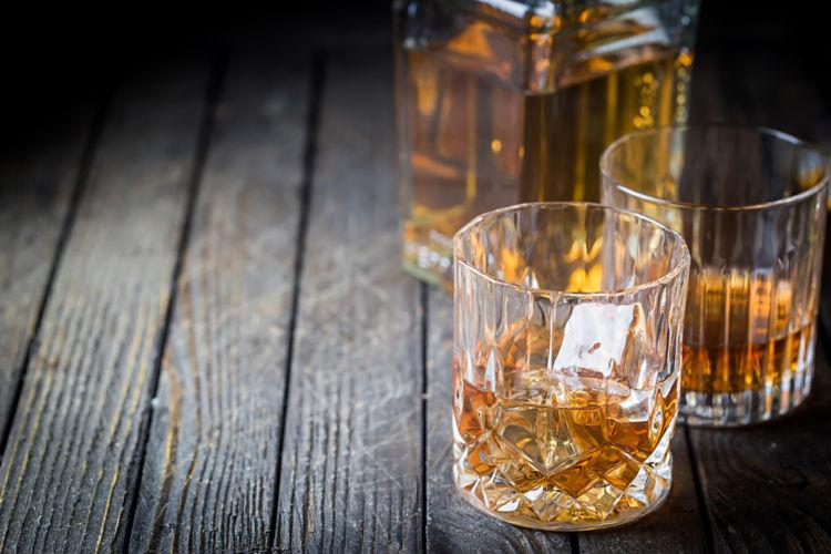 贅沢な気分を堪能したり、熟成させてみたり!ウイスキーを移し替えてたのしむ方法