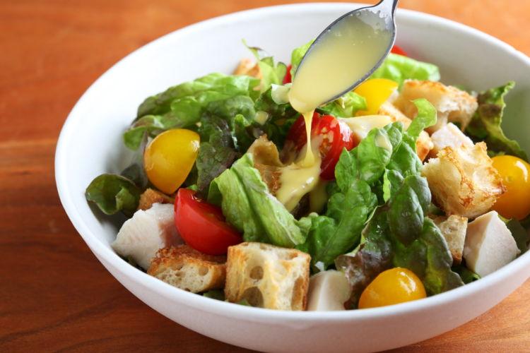 ドレッシングを手作りするサラダおつまみ「サラダチキンのシーザーサラダ」