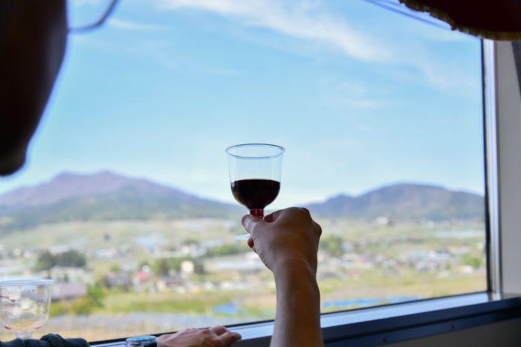 長野県・北信濃/田園風景や雄大な山並みを眺め、ワインを飲み放題でたのしむ『北信濃ワインバレー列車』