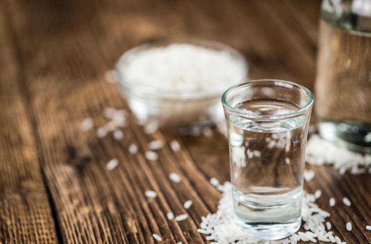 日本酒に醸造アルコールを添加する真の狙いとは?
