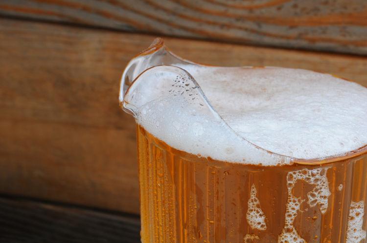 ビールをピッチャーでオーダーするメリットは? 注ぎ方の注意点も解説
