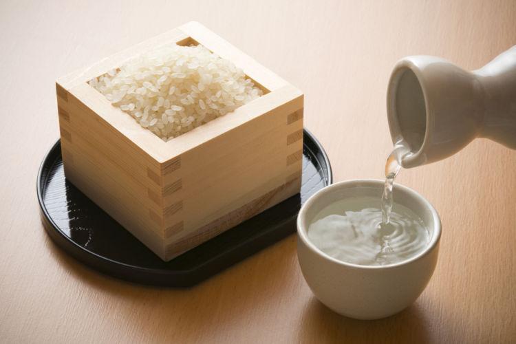 日本酒のアルコール度数はほかのお酒と比べて高い? おいしく飲むコツは?