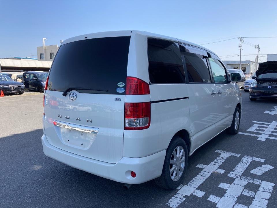 TOYOTA ノア DBA-AZR60G