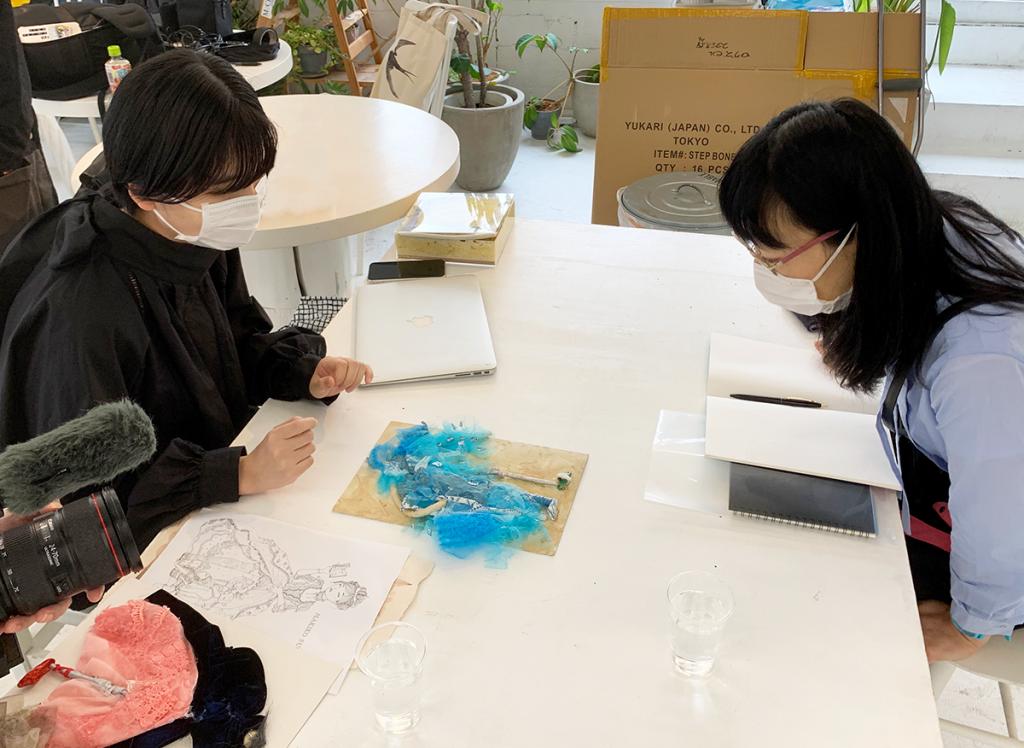 八木華(左)と須川まきこ(右)