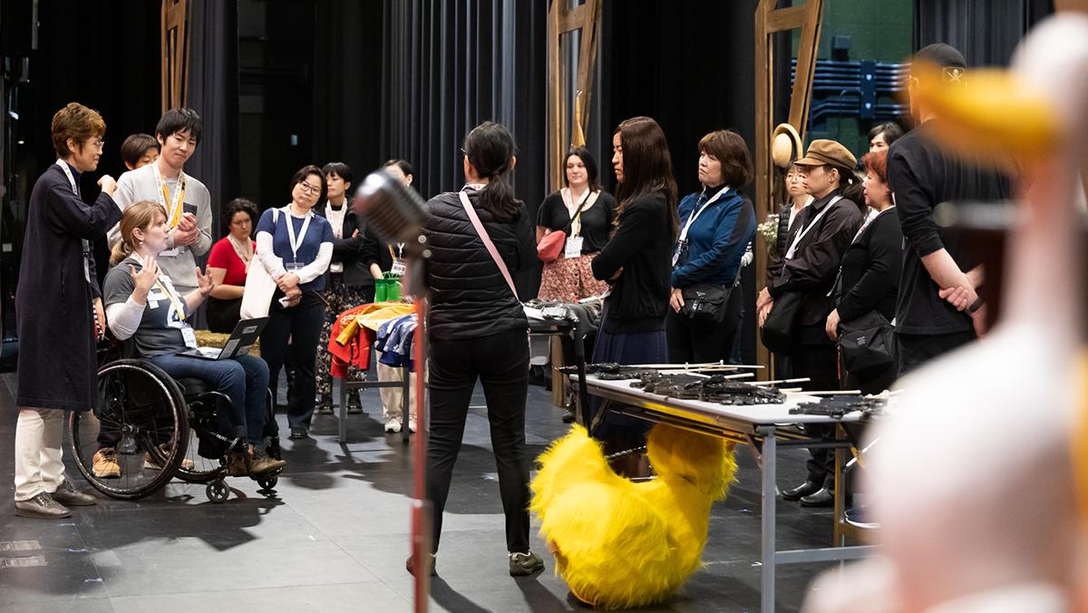 「ホンク!」上演前、舞台美術の「タッチツアー」でのリーガンさんの様子