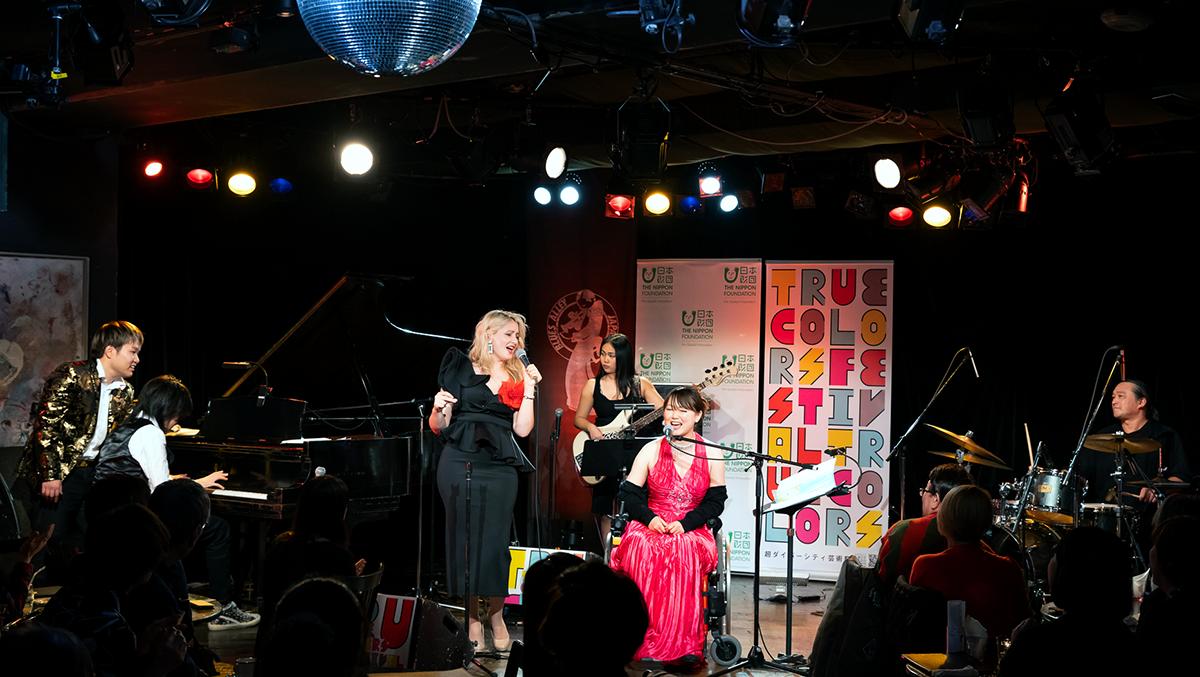 True Colors JAZZ公演風景。画面左から、松永貴志、紀平凱成、ビオリカ・ロゾブ、芹田珠奈、小澤綾子、ナカタニタツヤ(撮影:冨田了平)