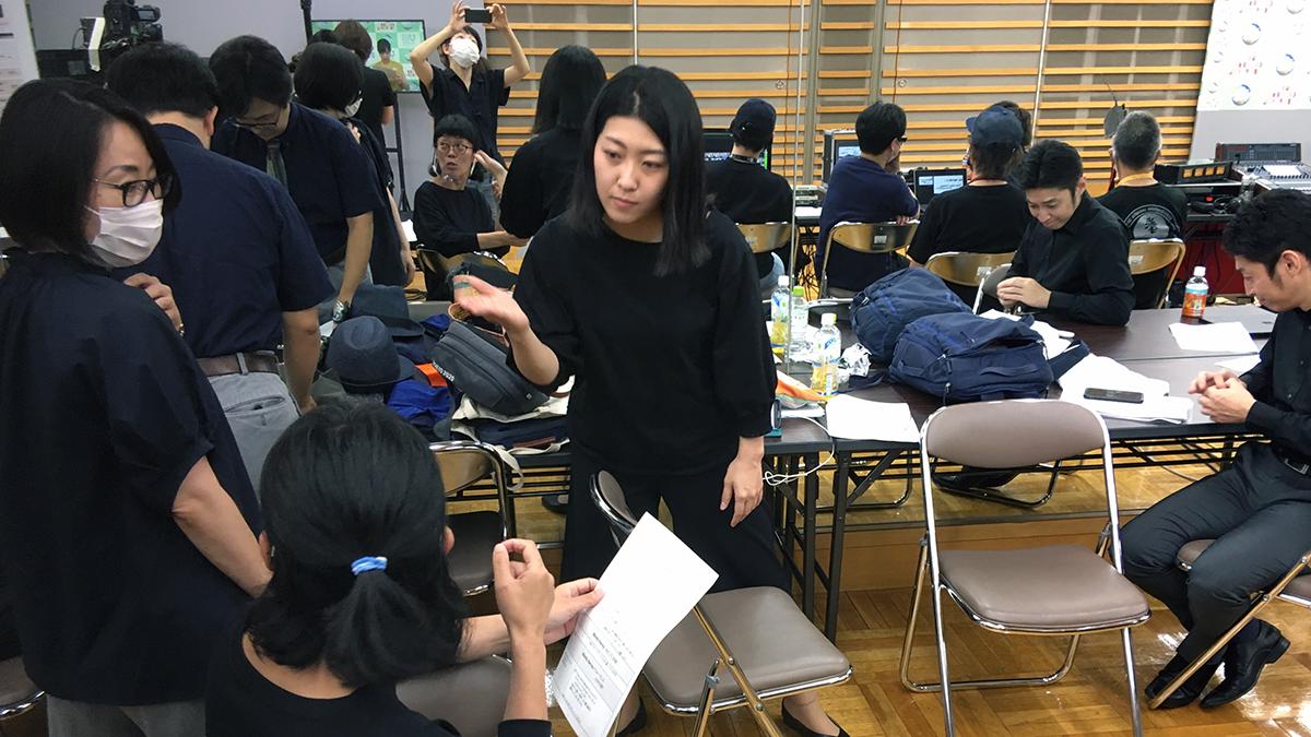 手話通訳を担当したメンバーで、それぞれの場面に相応しい手話を検討する様子(画面中央が那須さん)