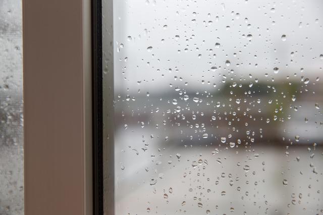 窓からの雨漏りイメージ画像