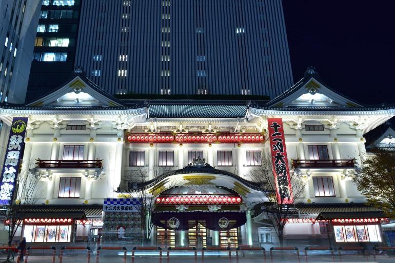 Eksterior Teater Kabukiza pada malam hari