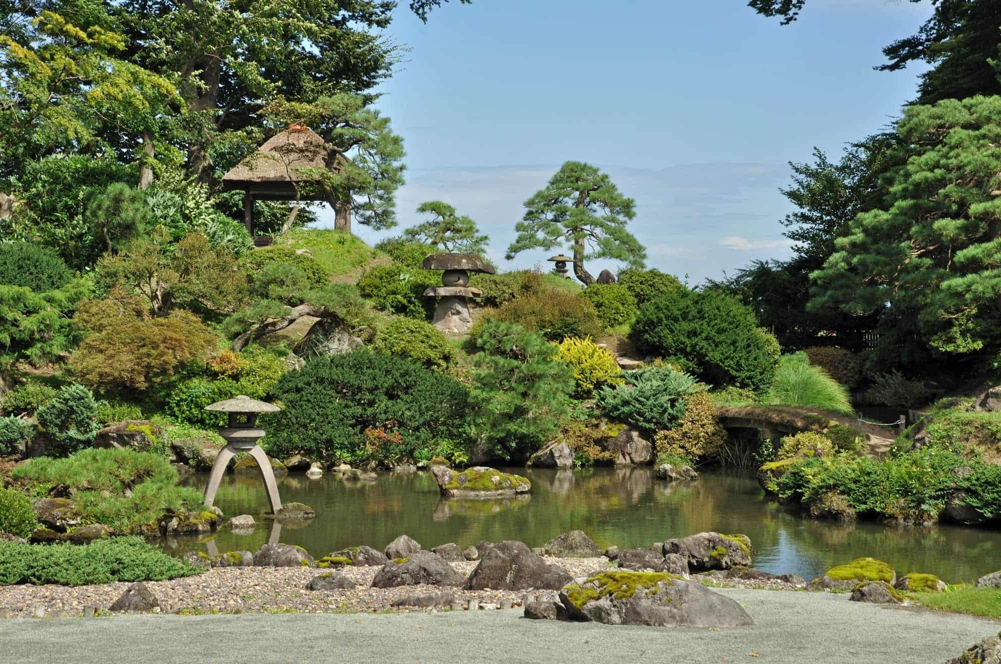 绿意盎然的盛美园中的日本庭园