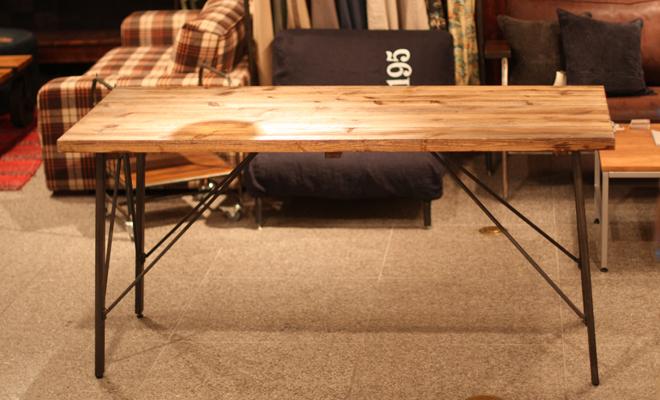 アンティークな風合いの作業台のようなダイニングテーブル