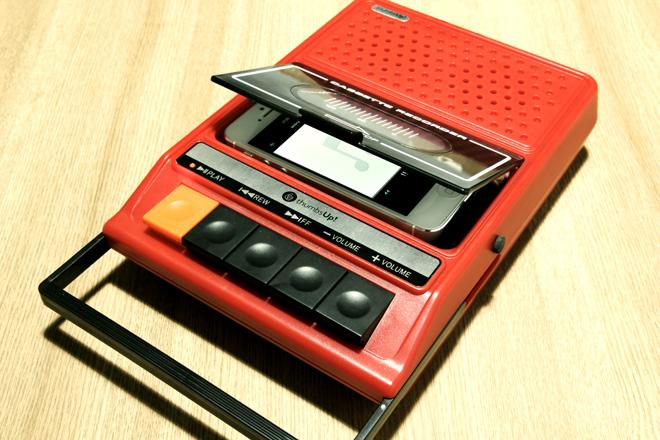入れるのはiPhone!?レトロなポータブルカセットテープデッキ