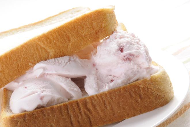 食パンでアイスを? インパクト大のアイスクリームサンド