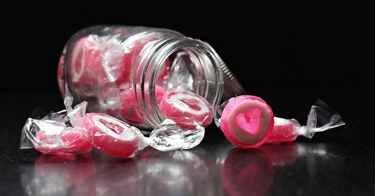 キャンディケースで缶バッジをオシャレに飾る