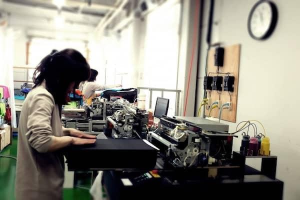 プリント工場では、女性の職人も活躍しています!