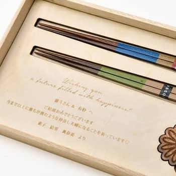 参照:結婚お祝いギフトセット ペア夫婦箸&箸置き by ファルベ