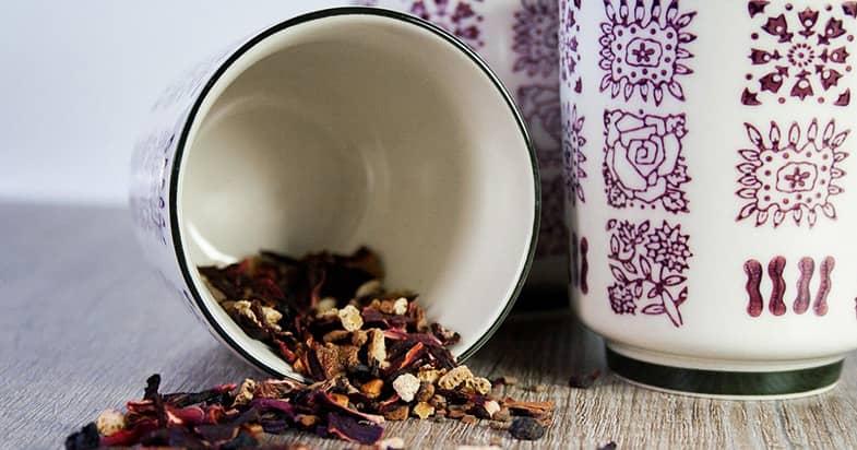 紫色のデザインの食器