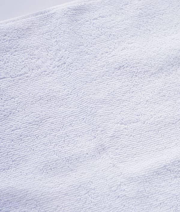表面は吸水性に優れたポリエステル100%素材 裏面は肌触りの良い綿100%素材