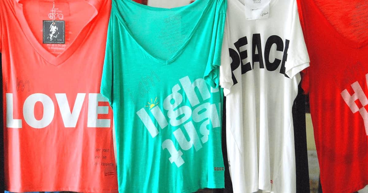 """""""服で語る"""" オリジナルのスローガンTシャツを着て、自分らしさを表現しよう"""