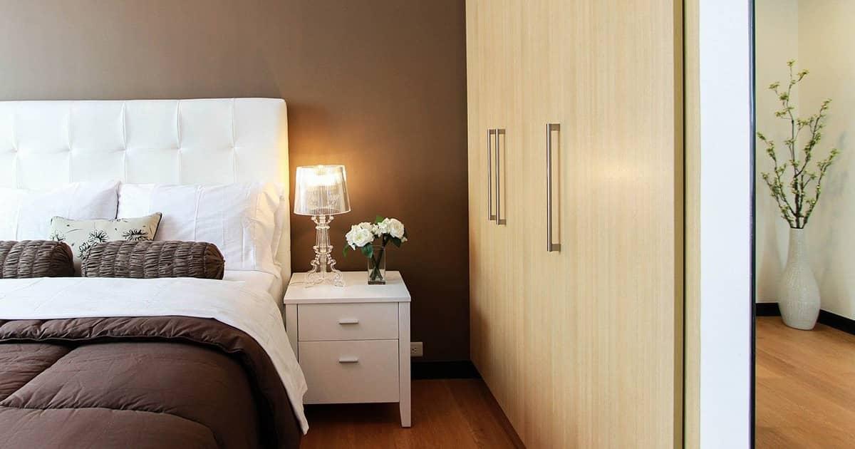 気軽に使えるベッド周りの便利グッズと収納アイデアを紹介!