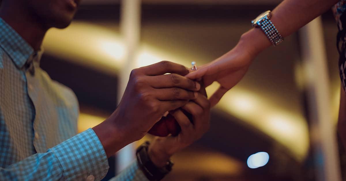 【婚約祝い】おすすめプレゼント10選とマナー・選び方を解説